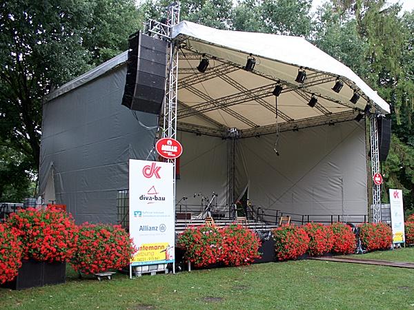 12m x 10m Bühne mit Vordach.